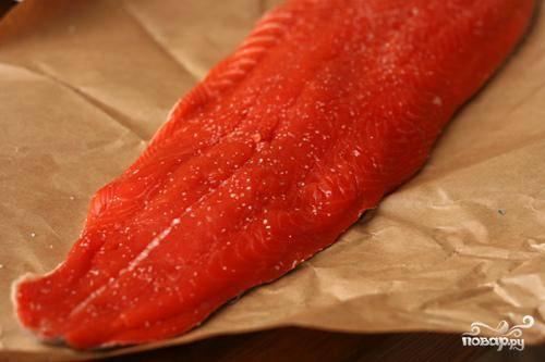 1. Разогреть гриль до максимальной температуры. Обсушить лосося бумажными полотенцами и обильно посыпать солью и черным перцем. В небольшой кастрюле разогреть оливковое масло на среднем огне. Добавить нарезанный лук и жарить, помешивая, пока он не начнет коричневеть по краям, время от времени помешивая. Добавить измельченный чеснок и красный перец хлопьями. Жарить, постоянно помешивая, до появления аромата, около 30 секунд.