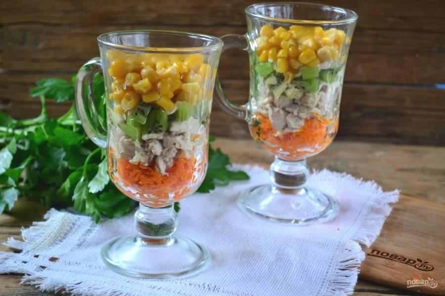 Новогодний салат готов. Вы можете убирать и добавлять ингредиенты по своему усмотрению. В каждом новом варианте, уверена, салат будет очень вкусным и, что самое главное, праздничным. Счастливого Нового года!