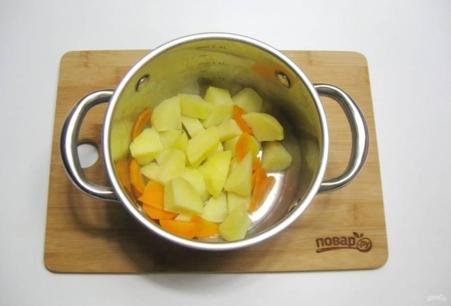 Картофель и морковь очистите, помойте. Выложите в кастрюлю и залейте чистой, фильтрованной водой. Посолите по вкусу. Варите до готовности. После воду слейте.