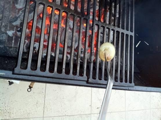 """Пока мясо """"дышит"""" готовим угли. Ни в коем случае не стоит применять жидкость для розжига. Вкус мяса будет непоправимо испорчен. Перед тем как начинать жарить мясо, раскаленные решетки необходимо протереть половиной луковицы, предварительно облитой растительным маслом."""