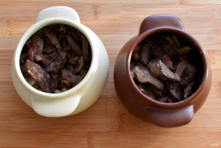 Обжарьте печенку, нарезанную брусочками, на топленом масле, только чтобы чуть схватилась и приобрела аромат жареного. Выложите печенку в горшочки.
