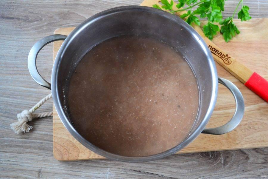 Когда закипит вода, отправьте в неё измельченную гречку и варите на среднем огне в течение 7-10 минут под крышкой. Затем огонь выключите и оставьте кашу настаиваться еще 10-15 минут.