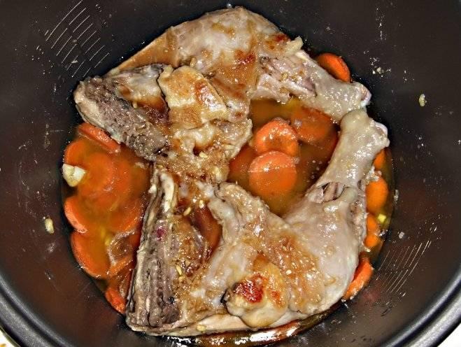 Далее мы добавляем в оставшийся после маринования лимонный сок соевый соус, тертый имбирь, сахар, соль и специи по вкусу. Когда окорочка обжарятся и с другой стороны, переворачиваем их и вливаем в чашу приготовленный маринад.