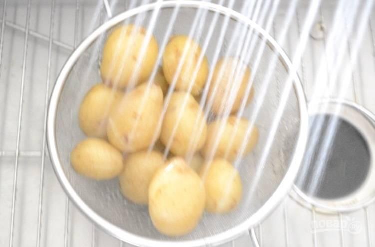 2.Откиньте картофель на сито и обдайте холодной водой.
