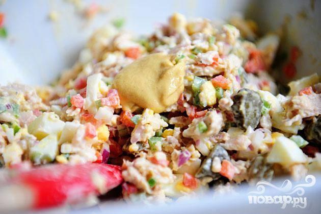 2. Добавить майонез, горчицу, немного огуречного рассола и хорошо перемешать. Добавить соль и перец по вкусу. Добавить приправы при необходимости. Убедитесь, что вы не пересолили салат.