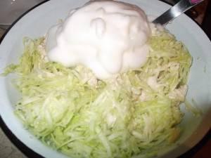 5. Взбиваем яичные белки в пену со щепоткой соли. Домешиваем к смеси.