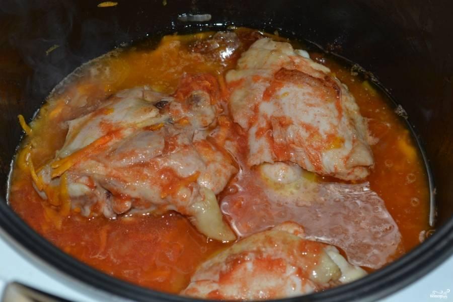 Посолите, залейте томатным соком. Включите режим «Тушение» на 45 минут и готовьте до конца работы программы.