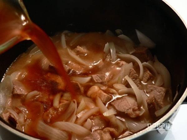 6.Залейте содержимое кастрюли говяжьим бульоном (можно водой, тогда добавляйте больше специй, чтобы вкус был насыщенный).