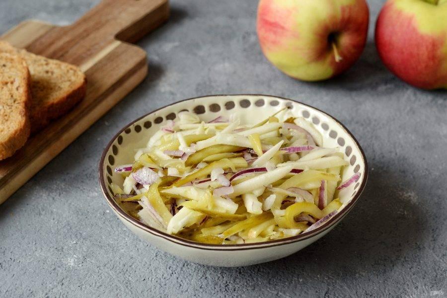 Салат с яблоками и солеными огурцами готов, приятного аппетита!