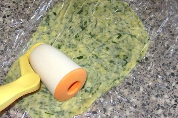 7. Берем пищевую пленку, выкладываем на нее растопленный сыр и накрываем еще одним слоем пленки. Теперь раскатываем по поверхности сыр, чтобы его толщина была не более 5 мм.