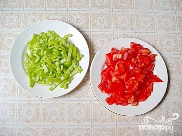 5.Промываем томаты и сладкие перцы, воде даем стечь. Теперь нарезаем томаты небольшими кусочками, удаляем семена из перцев, и толстенькой коротенькой соломкой их нарезаем.