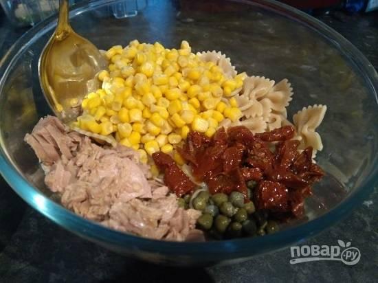 Выкладываем все подготовленные ингредиенты в салатник.