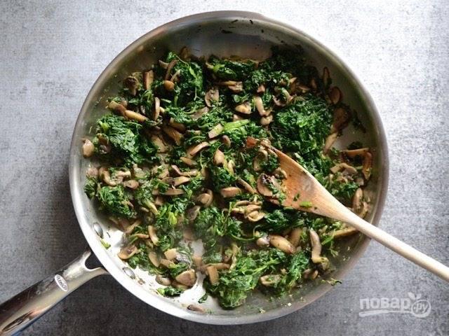 2.Добавьте шпинат, не размораживая его. Перемешайте и готовьте, чтобы он был мягкий, но не потерял цвет, немного посолите и поперчите.