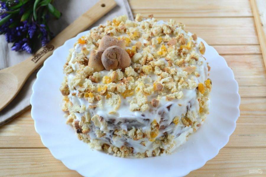 Затем форму переверните на большую тарелку или блюдо. Сначала снимите форму, а затем аккуратно снимите пищевую пленку. Обмажьте торт со всех сторон остатками крема. Кончики рулетиков, которые мы оставили, измельчите ножом. Обсыпьте полученной крошкой верх и бока торта. В общем, торт готов. Отправьте его снова в холодильник на 5-6 часов, а лучше — на ночь, чтобы он хорошенько пропитался. Я поспешила и разрезала торт через 3 часа. Как видите, кусочки еще не достаточно схватились, но все равно было очень вкусно. Итак, выждите необходимое время — и приятного чаепития!
