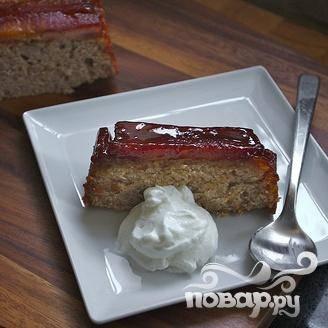 8. Дать остыть 10 минут, затем осторожно перевернуть пирог на блюдо и полностью охладить перед подачей. Разрезать на ломтики и подавать со взбитыми сливками.