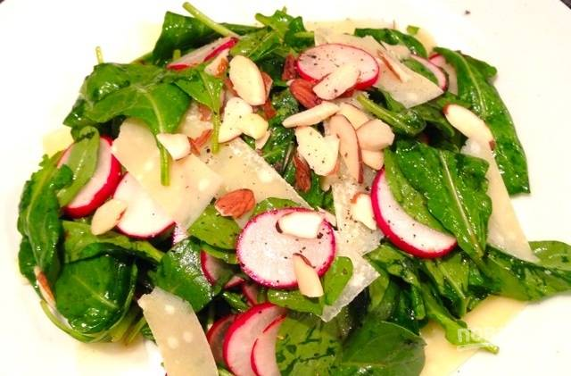5.Подавайте салатик с ломтиками сыра. Приятного аппетита!