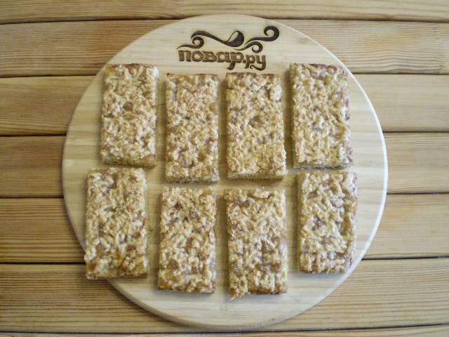 10. Готовое печенье остудить в форме, извлечь и порезать на кусочки. Приятного аппетита!