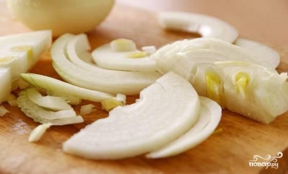 Лук почистите и нарежьте полукольцами. Картофель также почистите, нарежьте пластинками, удалите влагу бумажным полотенцем. Уложите его в миску, поперчите, посолите и перемешайте.