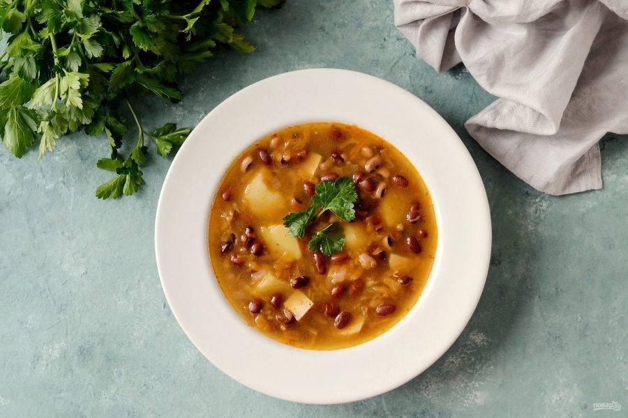 Постный суп из бобов готов. Приятного аппетита!