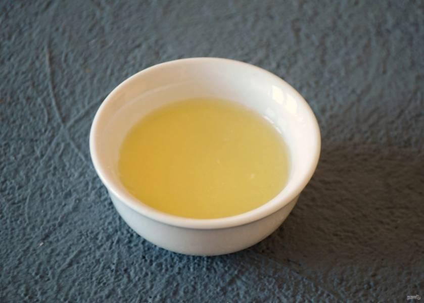 Из половинки лимона выжмите сок.