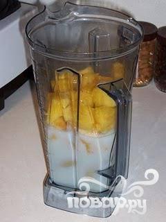 4.В ананасовое пюре влить молоко, всыпать сахар и по желанию лед. Смешать до получения совершенно однородного напитка.