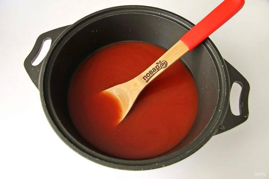 В кастрюлю или казанок налейте томатный сок, добавьте сахар, соль, уксус и помешивая доведите до кипения.
