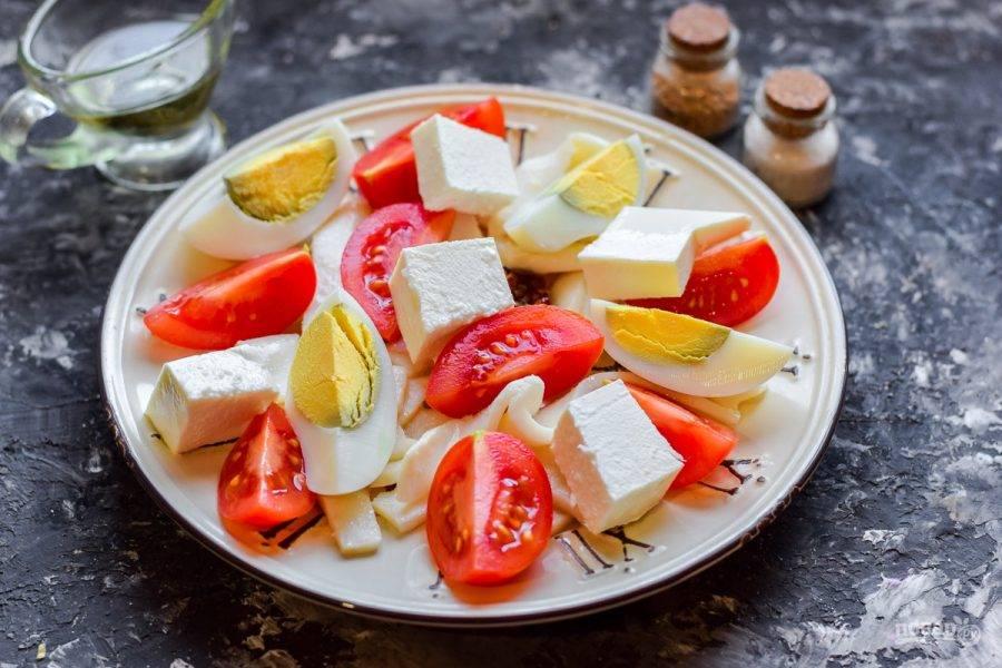 Брынзу нарежьте крупными кубиками, добавьте в салат. Заправьте салат маслом, соль и перец добавьте по вкусу. Подавайте салат к столу.