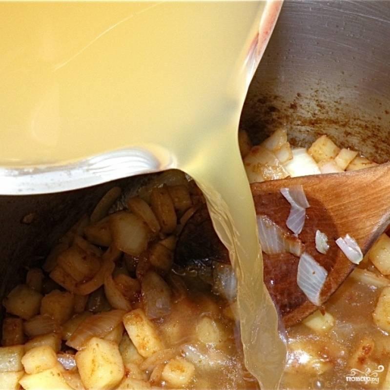 Как только масло кончится (овощи к этому моменту покроются небольшой корочкой) - добавляем в кастрюлю бульон.