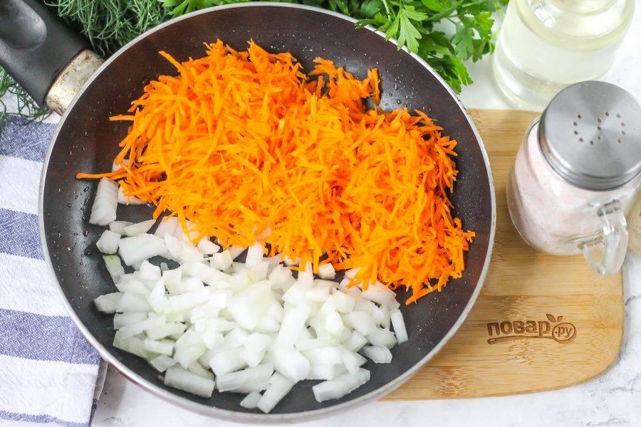 Остудите отварную чечевицу. Очистите морковь и лук от кожуры, промойте в воде и нарежьте лук мелкими кубиками, в морковь натрите на терке с мелкими ячейками. Прогрейте на сковороде 1 ст.л. растительного масла, оставляя его и для жарки котлет. Выложите в масло овощные нарезки и отпассеруйте примерно 3-4 минуты до румяности.