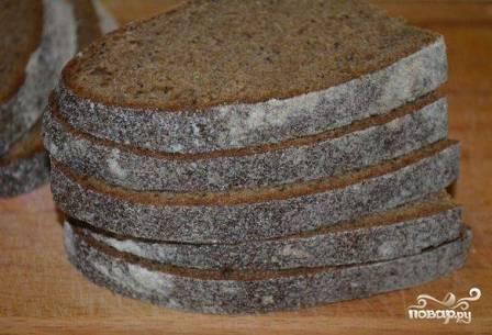 Ржаной хлеб нарезаем на ломтики толщиной примерно 1 см. Можно его дополнительно подсушить в тостере.