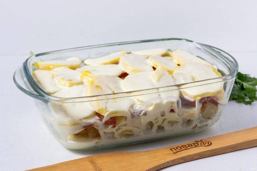 Сырое яйцо взбейте со сметаной, посолите по вкусу и залейте запеканку.