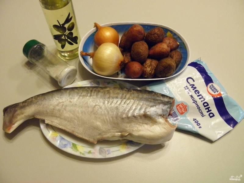 Приготовьте продукты. Рыбу тщательно вымойте и выпотрошите, отрежьте голову и плавники.