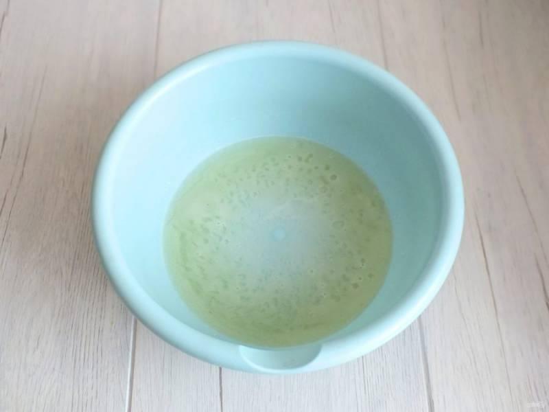 Рассол налейте в чашу, добавьте сахар, соду и размешайте.