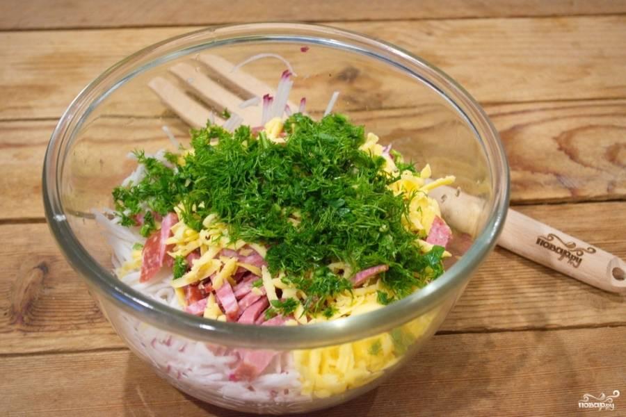 В салат обязательно добавьте измельченную зелень, она придаст интересный вкус.