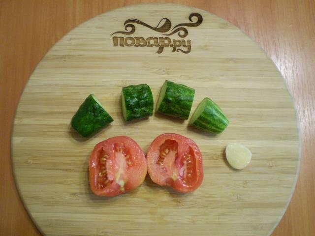 Порежьте овощи на куски, удобные для комбайна.