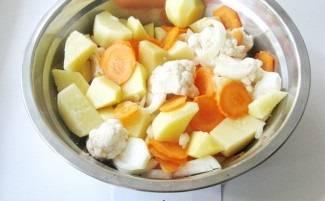 Положите все овощи в одну емкость, посолите и поперчите. Перемешайте.