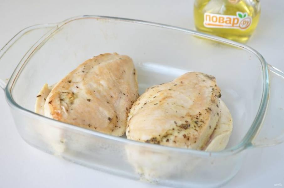 4. Разогрейте сковороду, влейте 1 ст. ложку масла растительного и обжарьте на сильном огне куриные стейки. Переложите их в огнеупорную форму.