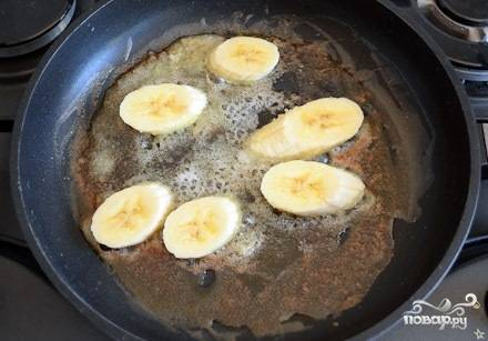 Готовим на среднем огне. Когда смесь масла и сахара станет легкого карамельного цвета, выкладываем на сковороду ломтики бананов.