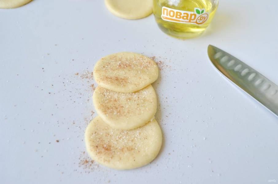 11. Часть булочек можно сделать с корицей и сахаром. Для этого положите три кружочка внахлест друг на друга, притрусите сахаром и корицей.