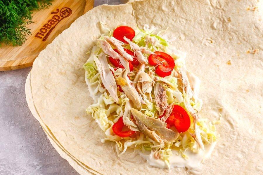 Сверху на овощные нарезки выложите отварную курицу. Можно сделать шаурму по-русски с отварным или запеченным мясом, грибами.