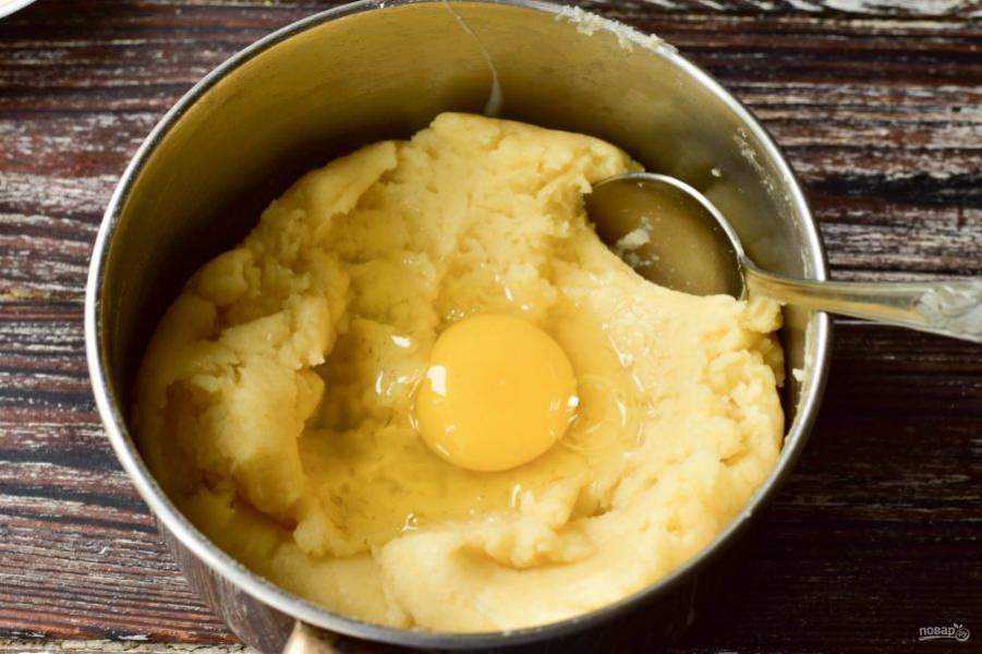 Вбейте по одному куриные яйца и тщательно все перемешайте.