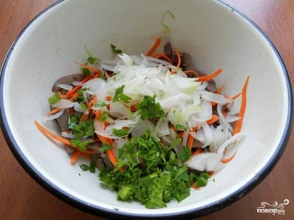 Сердце  отварите. Для этого в слегка соленую воду добавьте сердце и варите 2-3 часа, постоянно снимая пену с бульона. После того, как сердце будет готово, порежьте его соломкой.  Морковь потрите на крупной терке. Петрушку порежьте на мелкие кусочки. Переложите в салатницу морковь, лук, сердце и петрушку.