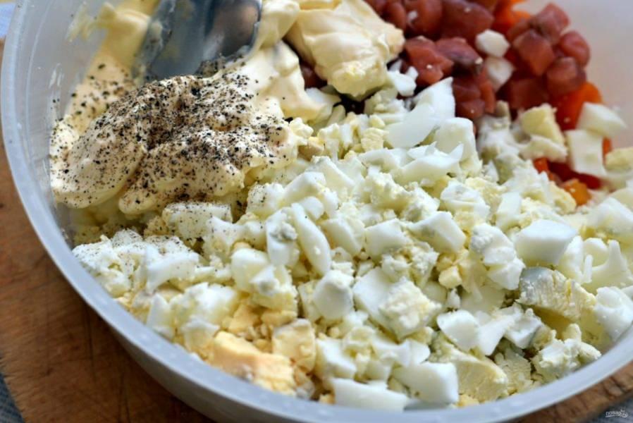 Поперчите салат свежесмолотым черным перцем и заправьте майонезом. Майонеза не должно быть много, только чтобы хорошо покрыть продукты.