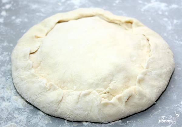 Сверху кладем вторую лепешку, залепляем края, формируя эдакий пирог - как на фото.