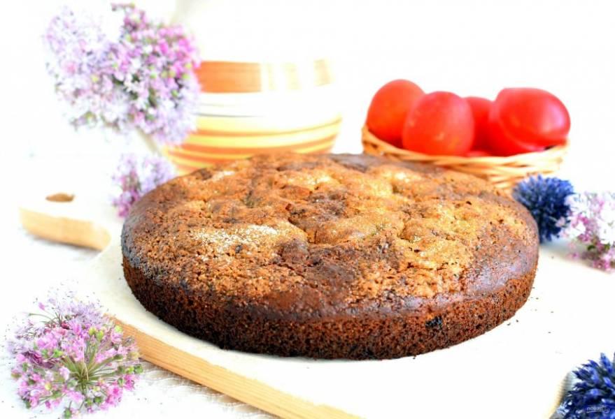 Дайте пирогу постоять в форме минут 10, затем выньте. Остудите пирог на решетке и подавайте  к чаю.