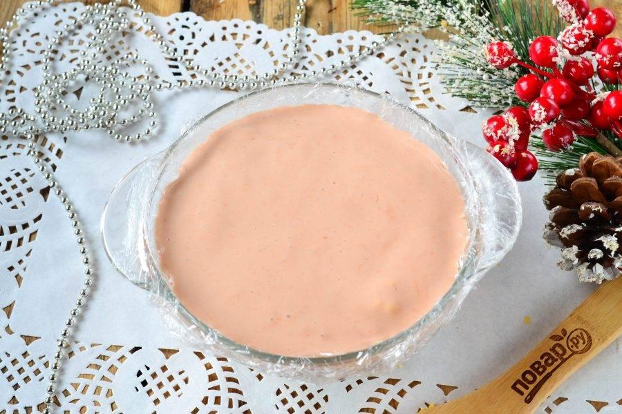 Затем залейте все смесью майонеза, кетчупа и желатина и отправьте в холодильник до полного застывания. У меня заливное застыло уже за 1,5 часа, но может понадобиться и 4 часа (зависит от качества желатина).