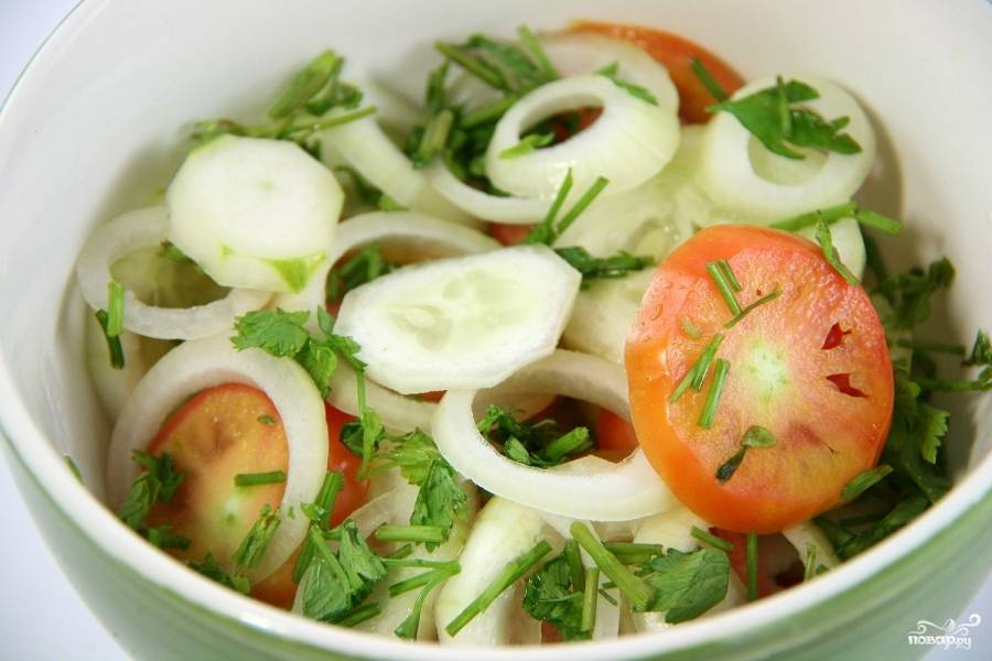 Все овощи, кроме перчиков Чили, нарежьте. Смешайте в чашке.