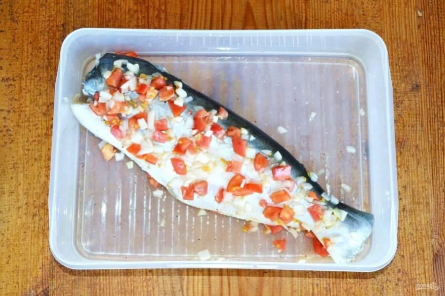 Рыбку отдельно натрите солью и перцем. Отправьте в удобный контейнер и выложите маринад.