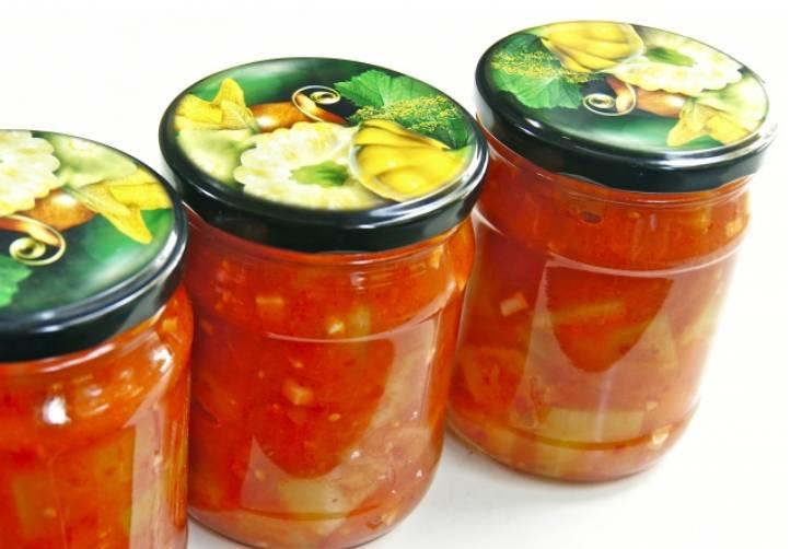 Разложите кабачки в томатах по стерилизованным банкам и закройте их крышками. Банки переверните и укутайте полотенцем до полного остывания. Приятного аппетита!