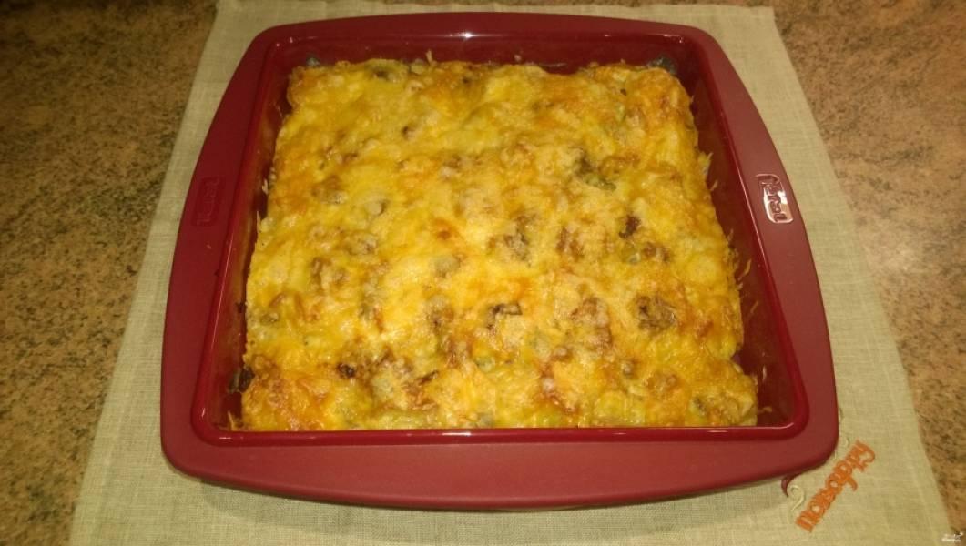 9. Через 20 минут после начала запекания достаньте форму из духовки, посыпьте сыром, уменьшите температуру до 180 градусов и отправьте запеканку допекаться еще на 20 минут. Картофель, запеченный с грибами, готов!